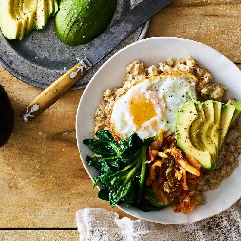Bowl de avena con aguacate, huevo frito y kale/espinaca